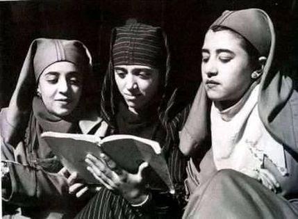 Les femmes citadines commencent à fréquenter les écoles